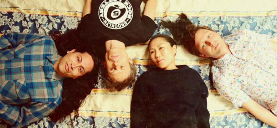 """Foto der Band Deerhoof, die mit """"Love-Lore"""" überraschend ein neues Album herausgebracht hat."""