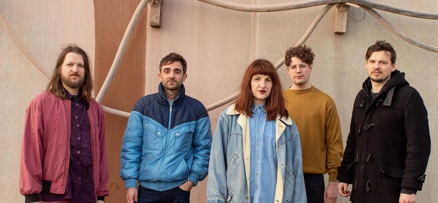 """Bild der Band Erregung Öffentlicher Erregung, die ein neues Musikvideo zum Track """"Bei mir zuhause"""" veröffentlicht hat."""