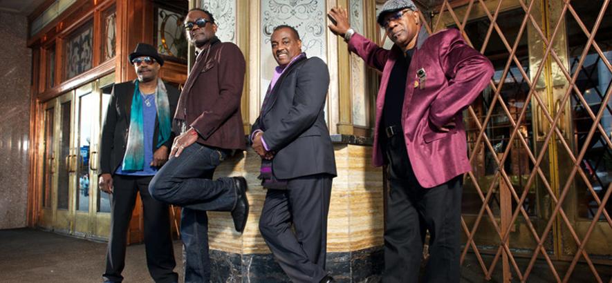 Foto von Kool & The Gang mit Ronald Nathan Bell hinten links im Bild. Der Musiker, auch bekannt als Khalis Bayyan, ist im Alter von 68 Jahren gestorben.