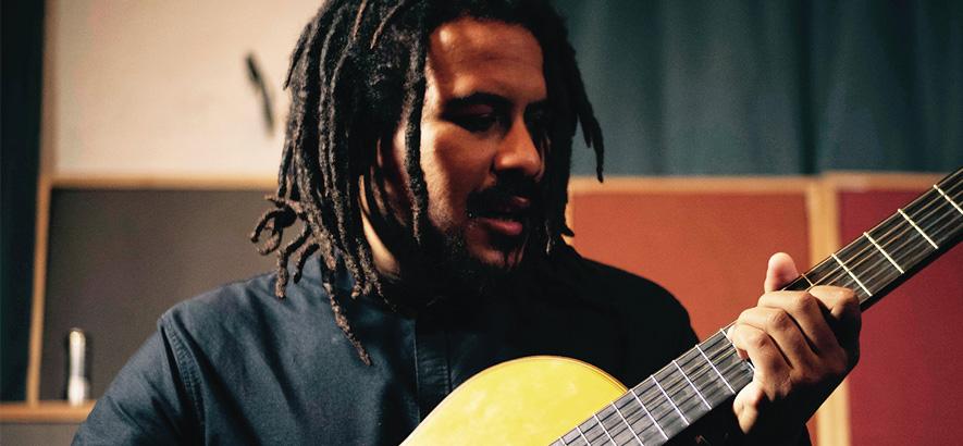 """Foto des Sängers und Gitarristen Liam Bailey, dessen Single """"Angel Dust"""" als sonor knarzender Reggae daherkommt."""