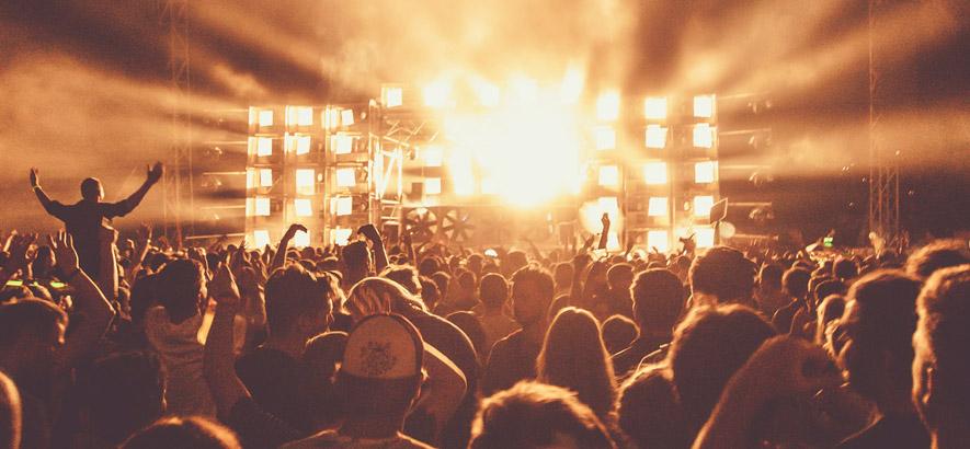 Foto von einer Bühne inklusive Publikum
