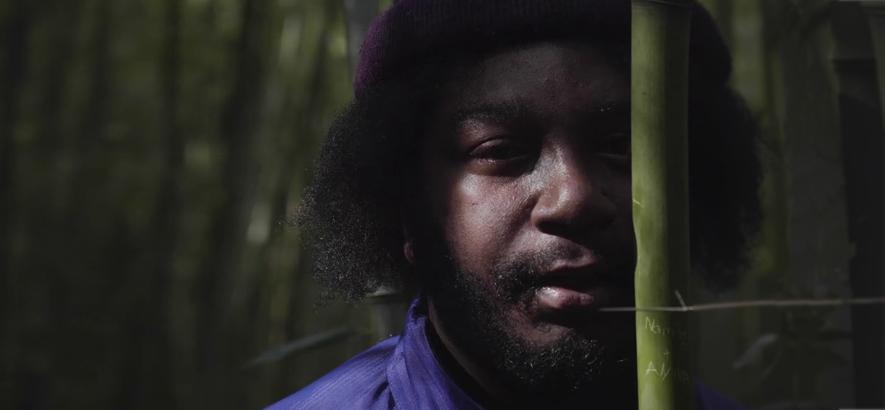 """Foto des Rappers Namir Blade, der Alien-Geister nicht nur auf seiner Single """"Space Ghost"""" beschwört."""