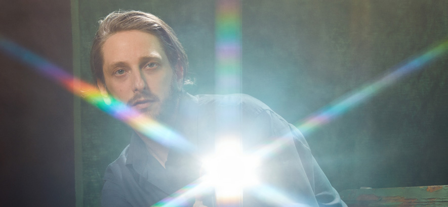 "Oneohtrix Point Never kündigt neues Album mit der ""Drive Time Suite"" an"