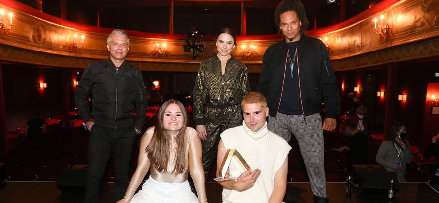 Credits: Foto der Awardgewinnerband ÄTNA mit Jury