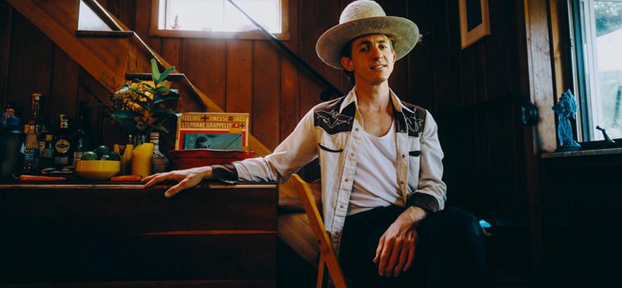 """Foto des Musikers Buck Meek, der mit """"Two Saviors"""" sein zweites Soloalbum angekündigt hat."""