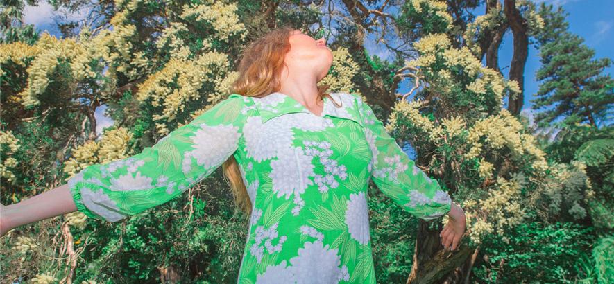 """Foto von Julia Jacklin, die mit """"To Perth, Before The Border Closes"""" und """"Cry"""" zwei neue Songs herausgebracht hat."""