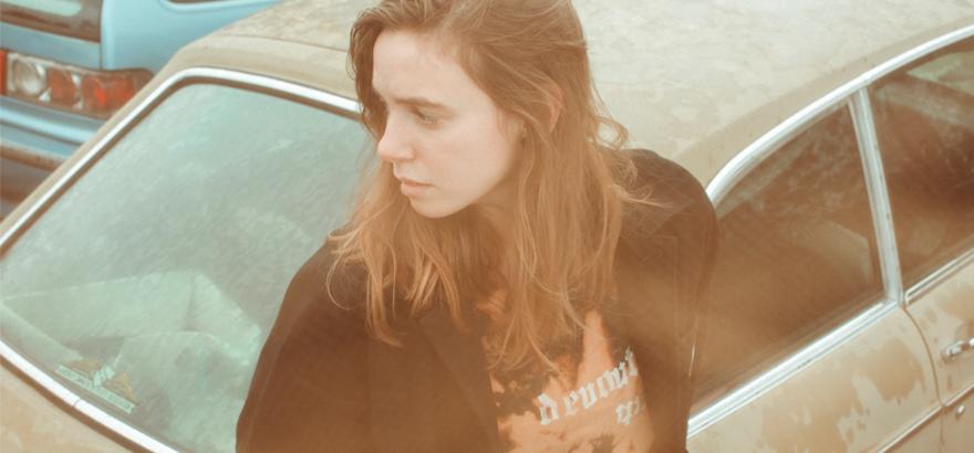 """Foto von Julien Baker, die mit """"Little Oblivion"""" ein neues Album angekündigt hat."""