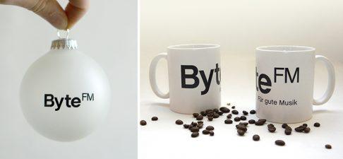 Neu im ByteFM Shop: Weihnachtskugel und Tasse
