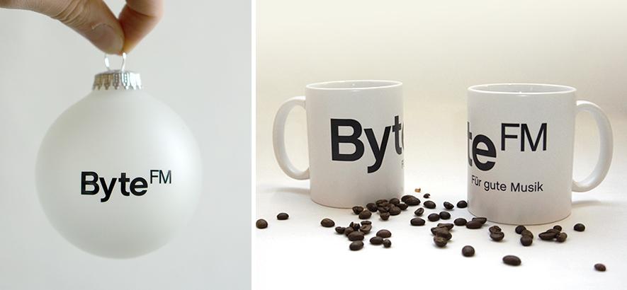 Foto der Produkte, die es ab sofort im ByteFm Shop gibt: Weihnachtskugel und Tasse