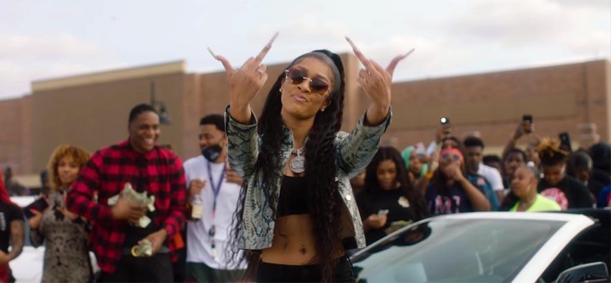 """Screenshot aus dem Video zu dem Track """"Big FlexHer"""" (feat. 42 Dugg) von der HipHop-Künstlerin Lakeyah Danaee."""