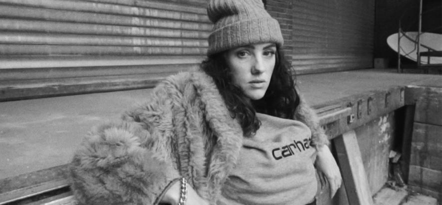 """Die Berliner Sängerin Maura in einem Screenshot aus dem Video zum Song """"Lovelottery"""" von Maura x Fred Red x Malik Diao."""