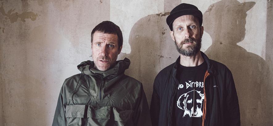"""Foto der britischen Band Sleaford Mods, die mit """"Spare Ribs"""" ein neues Album angekündigt hat."""