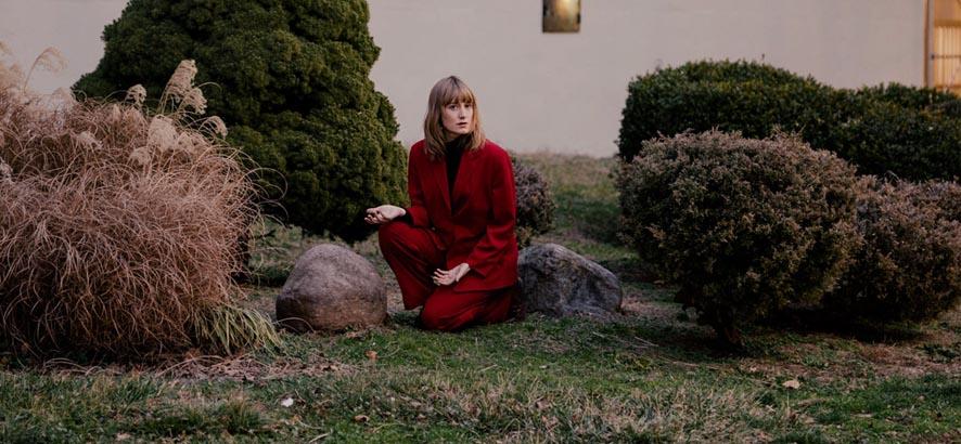 """Foto der kanadischen Musikerin und Sängerin Tamara Lindeman alias The Weather Station, deren Track """"Robber"""" heute ByteFM Track des Tages ist."""