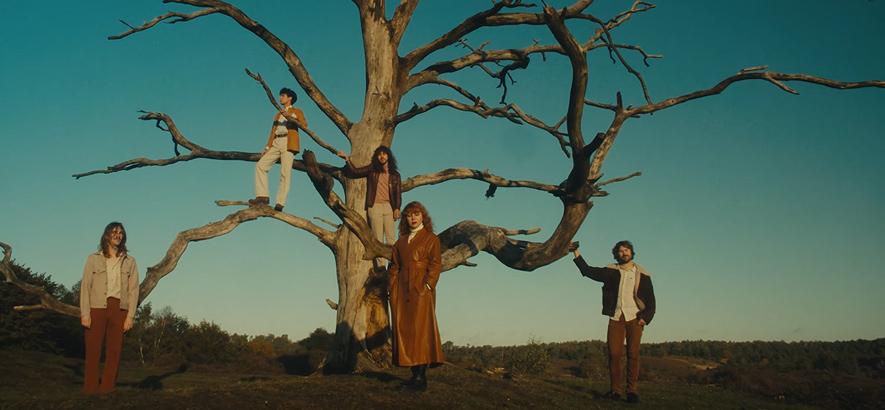 """Filmstill aus dem neuen Musikvideo der Band Altin Gün. Diese hat nun mit der Single """"Ordunun Dereleri"""" ihr neues Album """"Yol"""" angekündigt."""