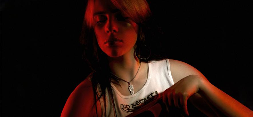 """Foto von Billie Eilish, die eine neue Single mit dem Titel """"Therefore I Am"""" herausgebracht hat."""