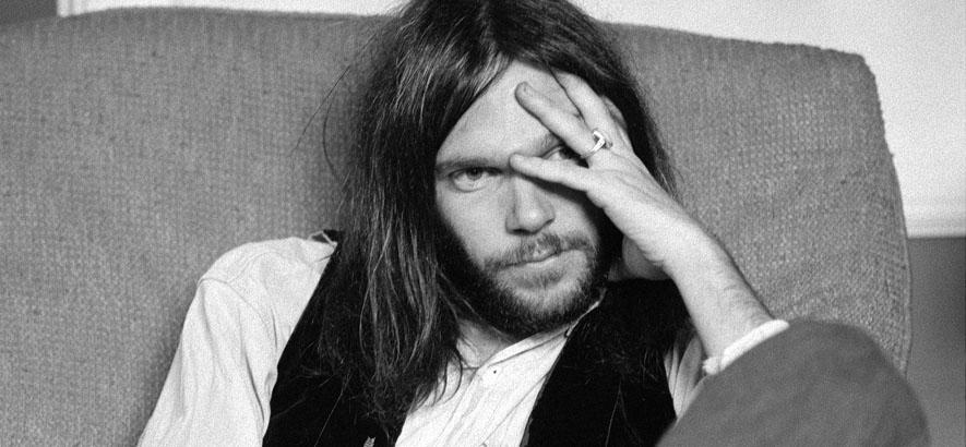 """Pressebild des kanadischen Musikers Neil Young. Zu seinem 75. Geburtstag ist sein Song """"Mr. Soul"""" vom 1983er Album """"Trans"""" unser Track des Tages."""