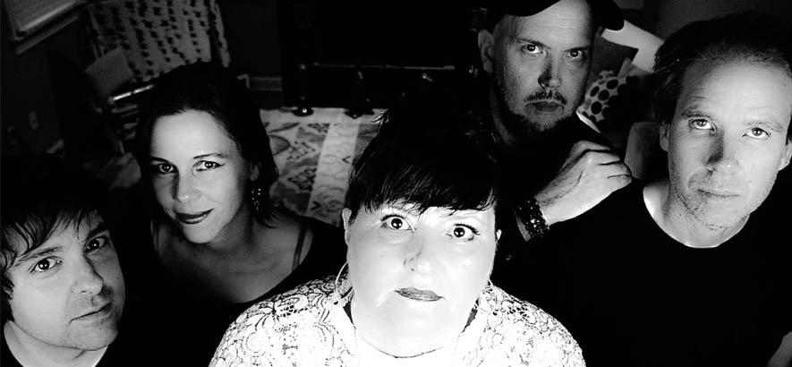 """Bandfoto der Gruppe Pylon Reenactment Society aus Athens, Georgia, deren Song """"Compression""""."""