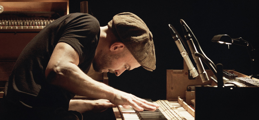 """Foto des Musikers Nils Frahm, der ein neues Album und einen Konzertfilm mit dem Titel """"Tripping With Nils Frahm"""" herausbringen wird."""