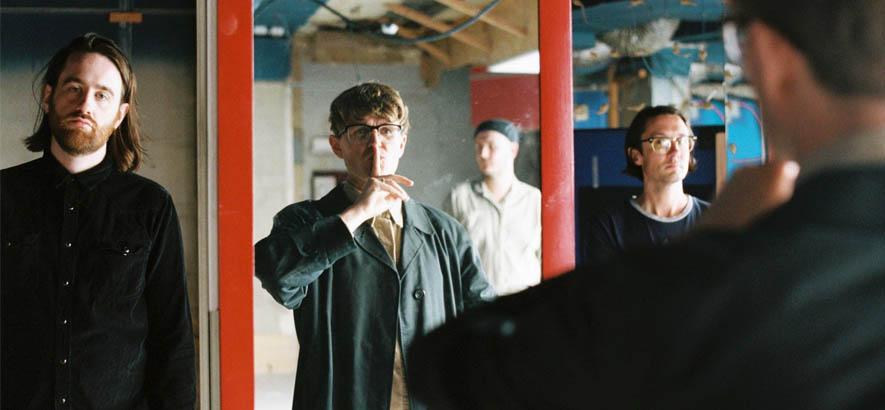 """Foto der britischen Post-Punk-Band Yard Act aus Leeds, deren Song """"Peanuts"""" heute unser Track des Tages ist."""
