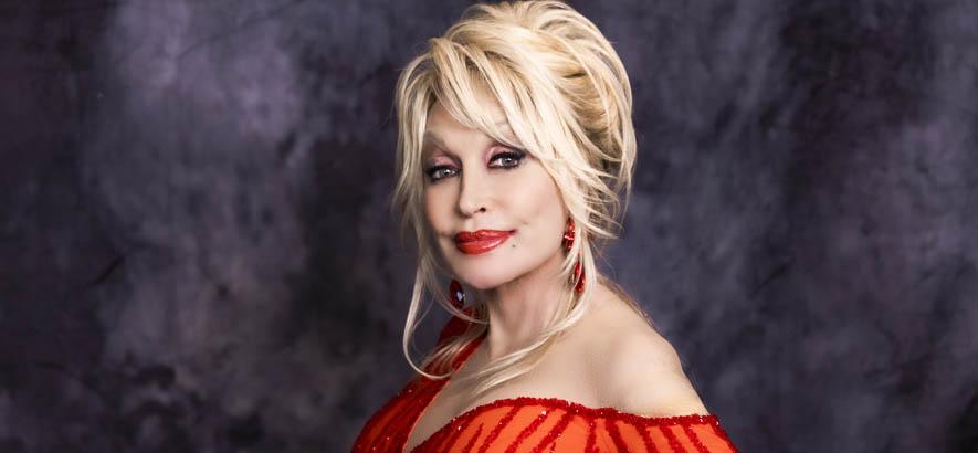 """Pressebild der Country-Sängerin Dolly Parton, deren Song """"Jolene"""" anlässlich ihres 75. Geburtstags heute unser Track des Tages ist."""