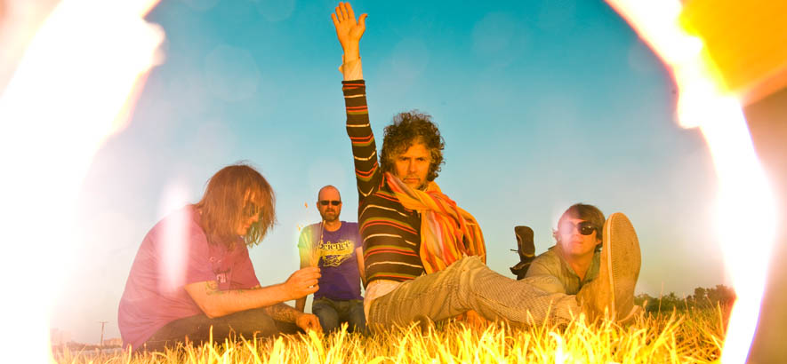 """Pressebild der Psychedic-Pop-Band The Flaming Lips. Anlässlich des 60. Geburtstags ihres Sänger Wayne Coyne ist heute ihr Song """"Race For The Prize"""" unser Track des Tages."""