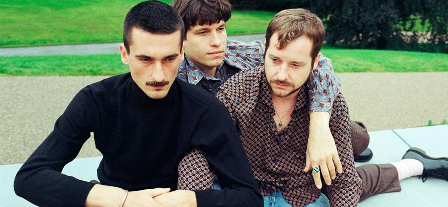 """Foto der Band International Music, die mit """"Insel der Verlassenheit"""" eine neue Single samt Musikvideo herausgebracht hat. Ein Vorgeschmack auf das Album """"Ententraum""""."""