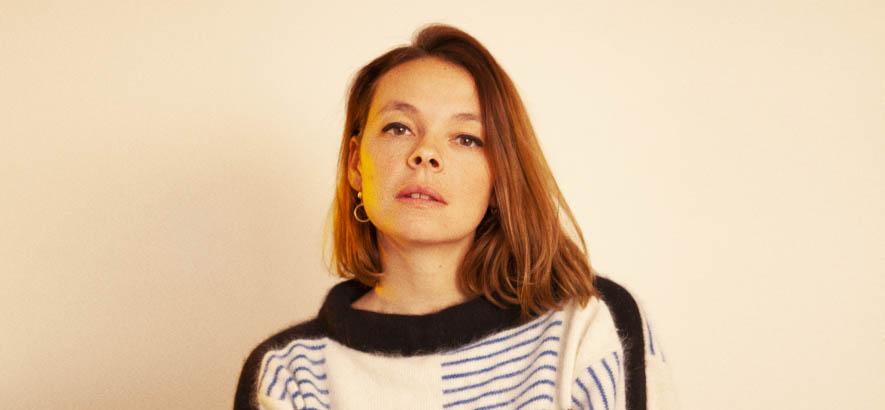 """Pressebild der Sängerin Laure Briard, deren Lied """"Supertrama"""" heute unser Track des Tages ist."""