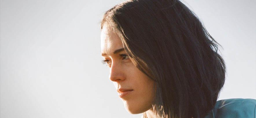 """Foto der kanadischen Sängerin und Musikerin Alicia Clara, deren Lied """"Hazemaze"""" heute unser Track des Tages ist."""