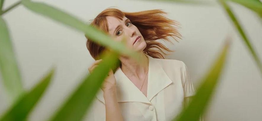 """Pressebild von Jenn Wasner aka Flock Of Dimes, die mit """"Head Of Roses"""" ein neues Album angekündigt hat."""