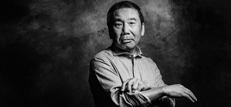 """Foto des Schriftstellers Haruki Murakami. In der sechsten Folge des Podcasts Zeitgeister geht es um dessen Roman """"Die Pilgerjahre des farblosen Herrn Tazaki"""" und Jugendkultur."""