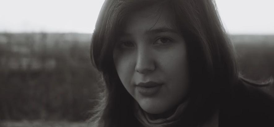 """Bild der Singer-Songwriterin Lucy Dacus, die einen Song namens """"Thumbs"""" veröffentlicht hat."""