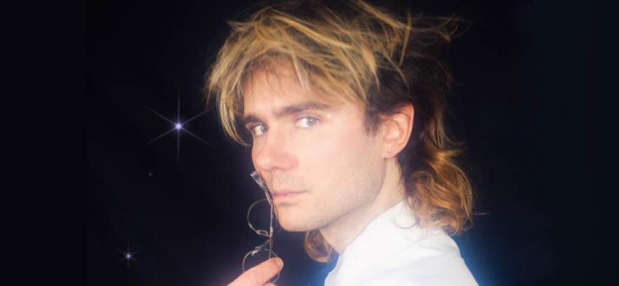 "Pressebild des Berliner Sängers und Musikers Jonathan Jarzyna alias John Moods, dessen Song ""So Sweet So Nice"" heute unser Track des Tages ist."
