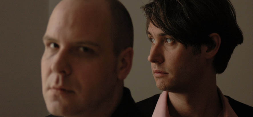 """Thies Mynther und Dirk von Lowtzow alias Phantom/Ghost. Das Stück """"Born With A Nervous Breakdown"""" von dem Duo ist anlässlich des 50. Geburtstags von Lowtzows heute unser Track des Tages."""