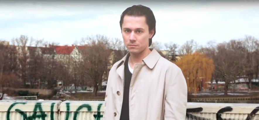 """Der Musiker und Sänger Tom Hessler als Paffigur im Video zu unserem Track des Tages, den Hessler als """"Der Assistent"""" veröffentlicht hat."""