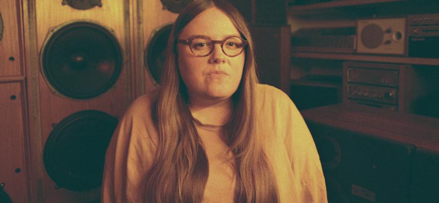"""Bild der Emma-Jean Thackray, die mit """"Yellow"""" ihr Debütalbum angekündigt hat."""