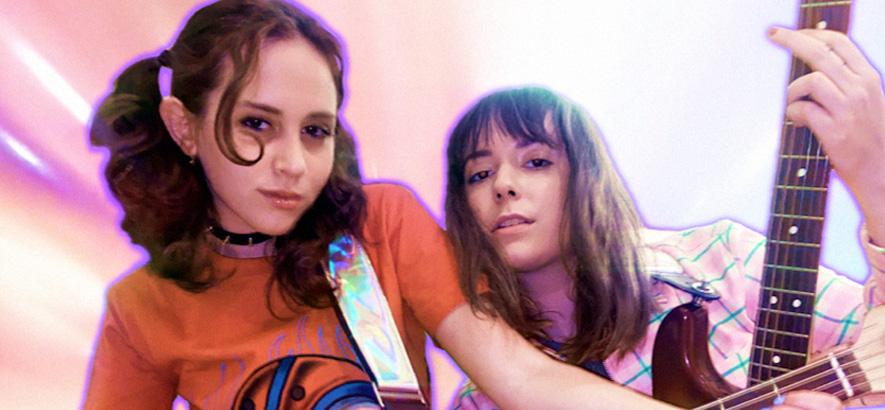 """Bild der Musikerinnen Mica Tenenbaum und Jordana, deren gemeinsamer Song """"Push Me Away"""" unser Track des Tages ist."""
