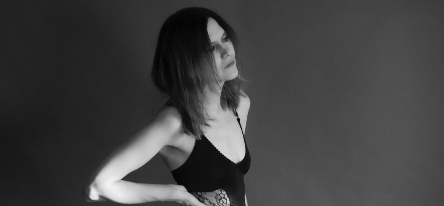 """Bild der Sängerin Juliana Hatfield, deren Song """"Gorgon"""" unser Track des Tages ist."""