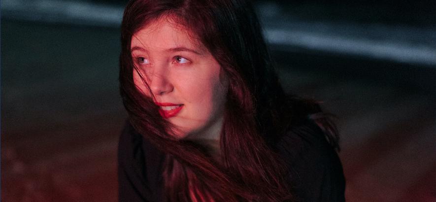 """Pressebild der US-amerikanischen Musikerin Lucy Dacus, die mit dem Song """"Hot & Heavy"""" ihr neues Album """"Home Video"""" ankündigt."""