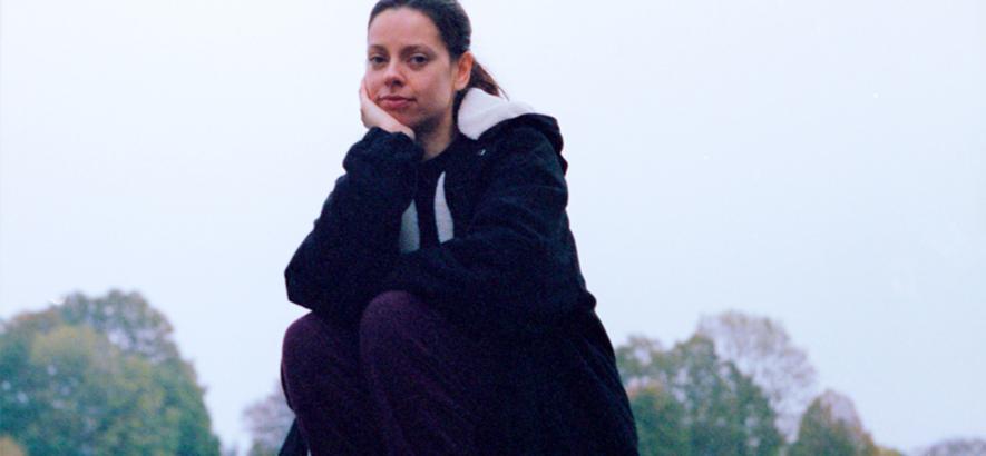 """Foto der britischen Musikerin Tirzah, die mit """"Send Me"""" eine neue Single veröffentlicht hat."""