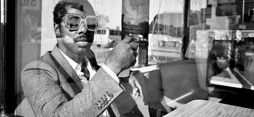 """Pressefoto von Curtis Harding, der mit """"Hopeful"""" eine neue Single herausgebracht hat."""