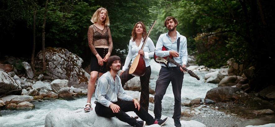 """Pressefoto von Derya Yıldırım & Grup Şimşek, deren neuer Song """"Haydar Haydar"""""""" heute Premiere im ByteFM Blog feiert."""