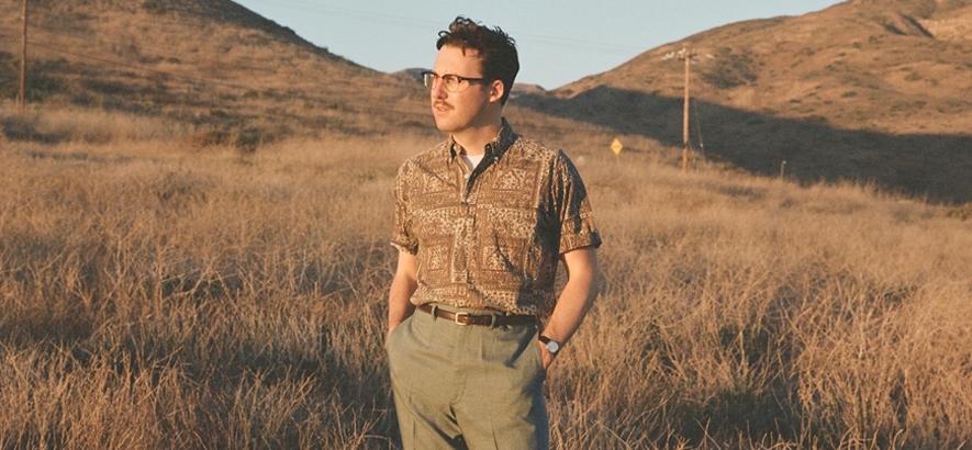 """Pressebild von US-Musiker Nick Waterhouse, der mit """"B. Santa Ana, 1986"""" ein neues Musikvideo herausgebracht hat."""