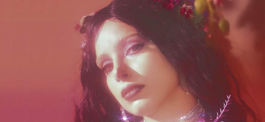 """Foto der US-amerikanischen Sängerin Quelle Rox, deren Song """"Cosmic Gloom"""" heute unser Track des Tages ist."""