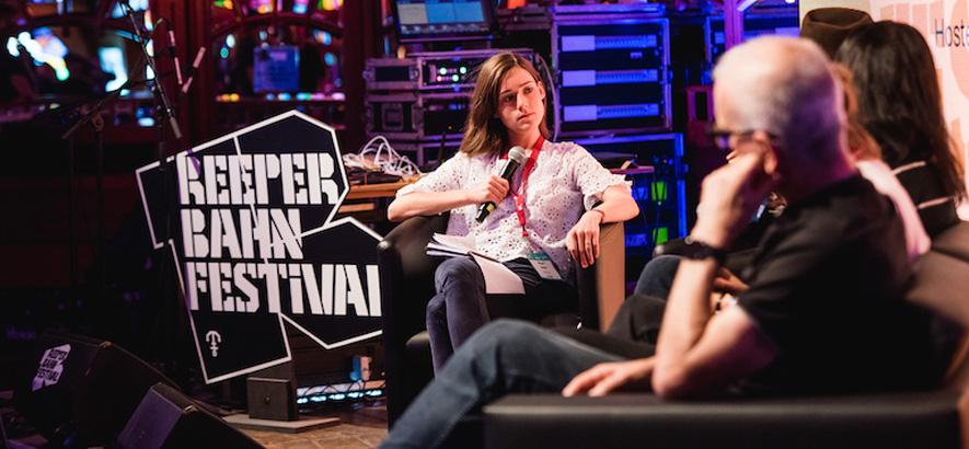 Foto einer Panel-Veranstaltung, bei der mehrere Gäste miteinander sprechen