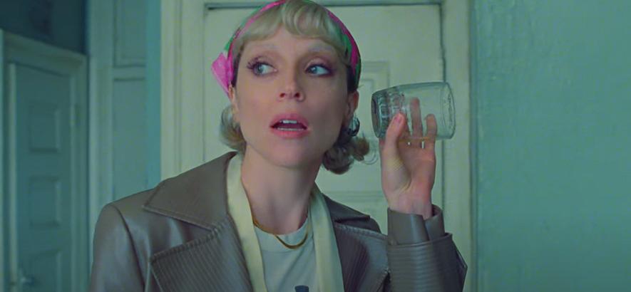 """Filmstill aus dem Musikvideo von St. Vincent – """"Down""""."""