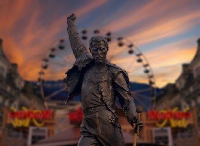 Statue von Freddie Mercury in typischer Pose mit erhobenem Arm.