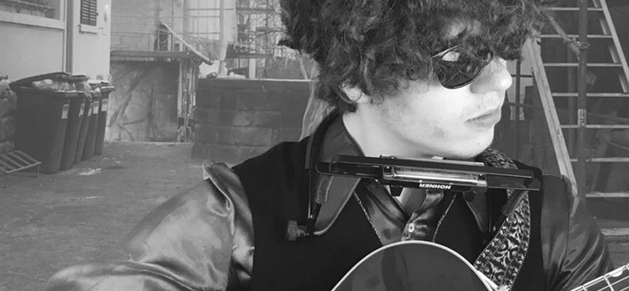"Filmstill aus dem Musikvideo von Woog Riots – ""Bob Dylan""."