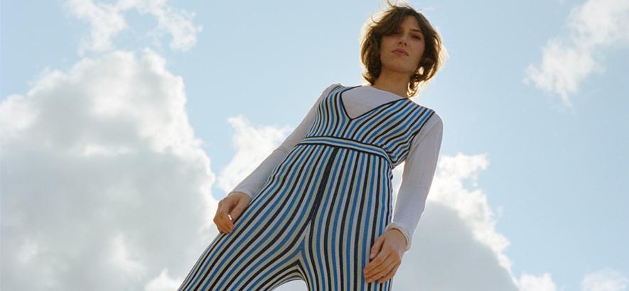 """Foto der neuseeländischen Singer-Songwriterin Aldous Harding, die mit """"Old Peel"""" eine neue Single vorgelegt hat."""