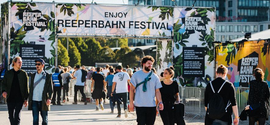 Bild vom Reeperbahn Festival Village und einem großen Banner, auf dem