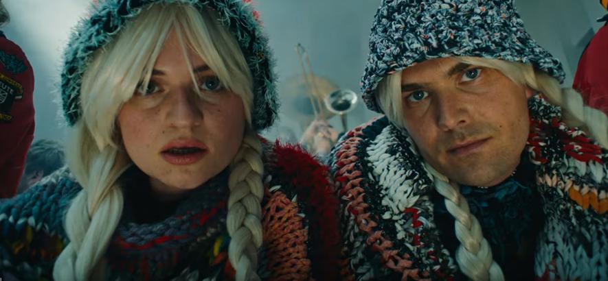 """Filmstill aus dem Musikvideo zu """"Weirdo"""" von Ätna & Meute."""